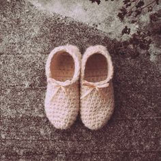 This time of the year means wearing slippers all the time! Which I don't mind of course. Slippers Crochet, Getting Cozy, How To Wear, Diy, Shoes, Fashion, Moda, Zapatos, Bricolage