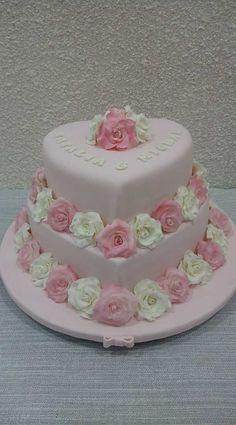 Tort ślubny biało-różowy z różyczkami