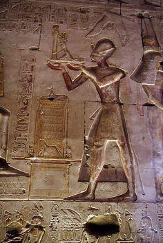 Templo de Sethi I en Abidos , Primera Sala hipóstila . Abydos . Seti ofrece una estatua de sí mismo con un pilar Hen a Osiris, Isis y Horus. | por Soloegipto