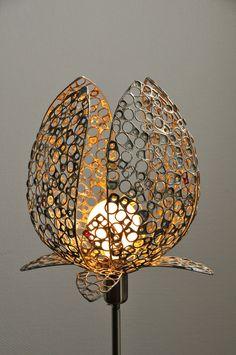 Lampes à poser réalisées à partir de matériaux de récupération. Assemblage de « languettes » de canettes et de conserves soudées entre elles.