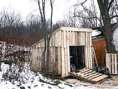 a backyard storage shed made of wood pallets! i wonder if one could make a chicken coop, goat haus, horse barn out of wood pallets? Pallet Shed Plans, Pallet Fence, Pallet Barn, Pallet Building, Building A Fence, Building Plans, Backyard Storage Sheds, Shed Storage, Extra Storage