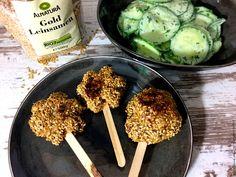 Hack-Lollis mit Leinsamen und Gurkensalat mit griechischem Joghurt - low carb abendessen rezept. Mit Hackfleisch (Tatar), gold Leinsamen, Kapern und Ei.