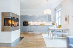 peinture de cuisine blanche et armoires en bleu pastel - un duo romantique