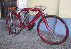 A Indian Twin Board Track Racer parece com uma bicicleta motorizada.