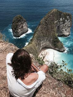 Nusa P I #nusapenida #indo #indonesia #bali #balilife #travel #secretbeaches #beach #beautifulbeaches #secretgetaways #travels #travelblog #escape #secretescapes #earth #beachy #saltlife #kelingking #secretpoint #jimsandkittys #lisamariemewes #timslotta #jimsandkittyscom #jandk #escapism #pilgrims #ocean #waves #whitesands #surf #indonesia #art #world #freedom #spirit #freespirit