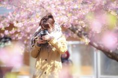 河津桜の前ぼけでふんわりと!カメラ女子ポートレート。