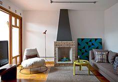 Neste projeto, a arquiteta Rachel Nakata manteve a lareira original da casa. Devido ao pedido do morador, a sala foi projetada para ter portas de correr abertas para o jardim
