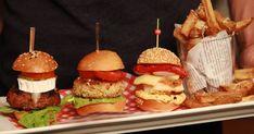 Servez des mini-burgers à vos invités lors de votre prochain dîner sur la terrasse! Il y en a pour tous les goûts : burgers d'agneau, burgers de poulet piri-piri et burgers de crabe garnis d'une sauce à l'avocat. Mini Burgers, Mini Pains, Onion Rings, Hamburger, Bbq, Snacks, Ethnic Recipes, Sauce, Onions