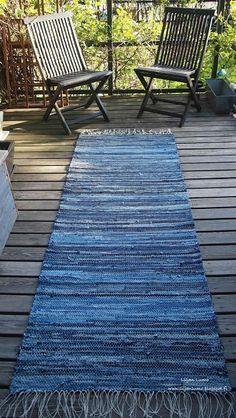 Blue jean rug tutorial There is more than one way to upcycle and repurpose your old denim into a blue jean rug. Here are 10 unique denim rug tutorials. Artisanats Denim, Denim Rug, Denim Quilts, Denim Purse, Patchwork Jeans, Denim Outfit, Denim Skirt, Jean Diy, Sewing Crafts