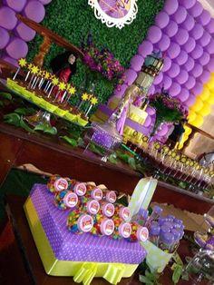 """Decoração Festa Eenrolados / Rapunzel    Valores a partir de R$350,00 + frete. Consulte.    ** Atenção: tire todas as suas dúvidas pelo campo """"Contatar Vendedor"""" antes de clicar em comprar.    Temos mesas em diversos tamanhos, estantes, aparadores, carriola, floreiras, bicicletinhas, postes de lu..."""