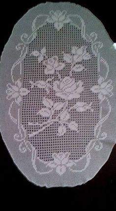 filet crochet beaytiful rose for top etc Crochet Bedspread Pattern, Crochet Doily Patterns, Crochet Designs, Quilt Patterns, Crochet Cactus, Crochet Butterfly, Lace Stencil, Crochet Dollies, Fillet Crochet