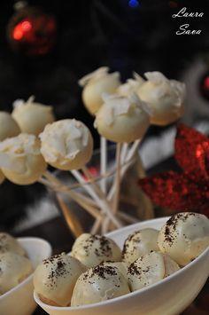 Cake Pops cu ciocolata alba si nuca de cocos | Retete culinare cu Laura Sava - Cele mai bune retete pentru intreaga familie Cake Pops, Mai, Coco, Deserts, Cheese, Breakfast, Morning Coffee, Postres, Cakepops