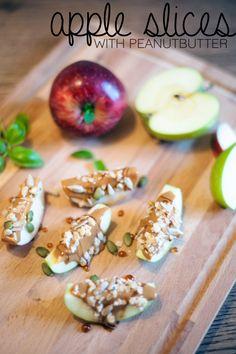My favourite snack: Apple with Peanutbutter // Ett av mina favorit-mellis: Äpple med jordnötssmör. Supergott att äta, enkelt att göra och…