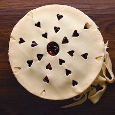 Heart pies are in the air before valentine s day just like love is in the air! valentinesday pies desserts how to make easter bunny pancakes Just Desserts, Delicious Desserts, Dessert Recipes, Yummy Food, Decoration Patisserie, Think Food, Valentines Day Food, Cookies Et Biscuits, Creative Food