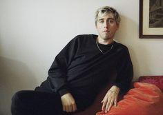"""""""Willst du meine Frau werden, kaufe ich uns ein Haus aus Gold und Perlmutt"""", singt Maurice Ernst von der Band Bilderbuch. Der """"Neue Wiener Soul"""" ist größenwahnsinnig und sexy."""
