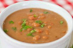 Esta sopa de feijão tem o poder de o reconfortar e saciar de forma muito saborosa. Confira a receita, clique na imagem! #feijão #sopa #sopadefeijão #inverno #tudoreceitas