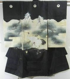 This is an elegant vintage Miyamairi Kimono for boys with parents and child of crane pattern, which is dyed.