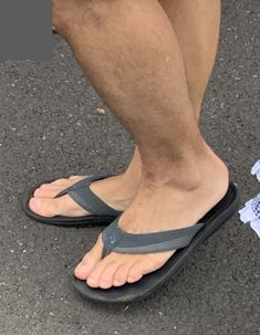 Sunday in the city Hanging out with coffee…wearing OluKai flip flops…handsome clean cut guy Mode Masculine, Men's Ankle Bracelet, Mens Beach Shoes, Reef Flip Flops, Sandals Outfit, Men Sandals, Shirtless Hunks, Barefoot Men, Male Feet