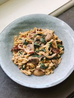 Creamy pasta with mushrooms, spinach and sundried tomatoes Veggie Recipes, Vegetarian Recipes, Cooking Recipes, Healthy Recipes, Vegan Fish, Food Porn, Comfort Food, Food Journal, Food Goals