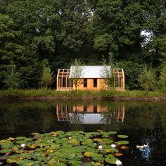 Een paviljoen met 4 schuivende delen dat in & over elkaar geschoven kunnen worden. Architectonisch autodidact Casper Schols heeft dit pareltje voor zijn moeder in haar tuin gebouwd.