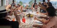 Narcos (2015) // Biopic de Pablo Escobar. A la tête du cartel de Medellín, il est le plus célèbre trafiquant de drogue des années 80. Bras de fer entre le trafiquant, les agents de la DEA et les autorités colombiennes. Lutte acharnée et manipulation entre les différents pouvoirs : trafiquants, enquêteurs, juges, hommes politiques, journalistes, opinion publique,... // #Séries #Drogue #Netflix