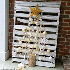 A Pallet Tree Pallet Tree, Pallet Christmas Tree, Christmas Trees, Diy Pallet, Pallet Ideas, Pallet Benches, Pallet Tables, Pallet Bar, Outdoor Pallet