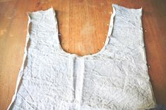 Get my FREE sewing pattern for this quick and easy cross-over apron project. Linen is great but any other fabric works well, too! Sewing Patterns Free, Free Sewing, Sewing Tutorials, Sewing Projects, Sewing Ideas, Sewing Tips, Sewing Hacks, Dress Patterns, Sewing Crafts