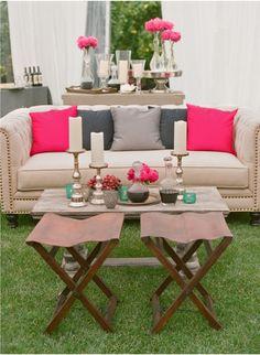 Neste casamento, o rosa e o azul contrastam com tons pastéis. Aqui, as almofadas rosas chamam a atenção e tornam o sofá mais convidativo!