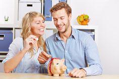 Wer einmal im Jahr im Voraus seine Prämie entrichtet, fährt am günstigsten. Denn die Versicherer verlangen für monatliche oder Quartals-Zahlung in der Regel einen Aufschlag von 8 Prozent, bei halbjährlicher Zahlung 3,4 Prozent.