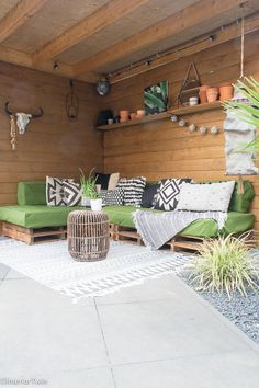 Ideeën voor het sfeervol inrichten van de overkapping | InteriorTwin Outside Living, Outdoor Living, Outdoor Decor, Palette Beet, Summer Garden, Home And Garden, Pallet Lounge, Diy Garden Furniture, Deck Decorating