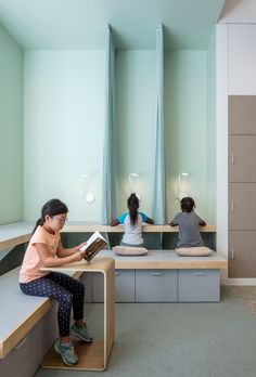 A + I designs the New York School with colorful panels and seating groups - Bildungsarchitektur Interior Design Trends, Interior Design Institute, Interior Decorating, Interior Design Schools, Decorating Ideas, Design Ideas, Tiered Seating, Interior Window Trim, New York School