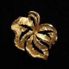 Crown Trifari Gold Leaf Brooch Excellent Condition by Elsewind, $17.00