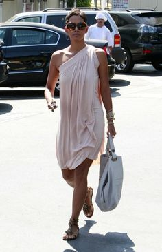 More Pics of Halle Berry Pixie Halle Berry Pixie, Halle Berry Style, Halle Berry Hot, Short Hair Outfits, Cute Hairstyles For Short Hair, Short Pixie, Pixie Cut, Summer Outfits, Casual Outfits