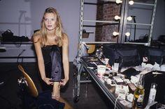 Kate Moss en backstage d'un shooting à New York, le 1er janvier 1995