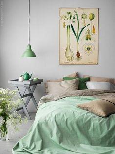 緑がメインのベッドルーム!癒やしの効果が緑にはあると言われているため、緑を積極的に取り入れてみてはいかがでしょうか?