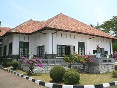Gedung Perundingan Linggarjati-Dinas Pariwisata dan Kebudayaan Provinsi Jawa Barat Kerala Architecture, Colonial Architecture, Indonesian House, Building Design, Building A House, Dutch Colonial Homes, Rural House, Dutch East Indies, Tropical Houses