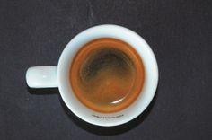 Crema clara y abierta por el centro, sin consistencia, ni duración.
