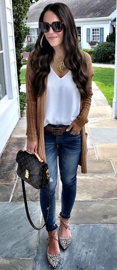 casual outfit: cardigan + white top + bag + ripped jeans