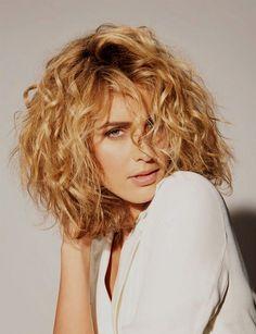 coupe carré plongeant sur cheveux bouclés Hair & Beauty