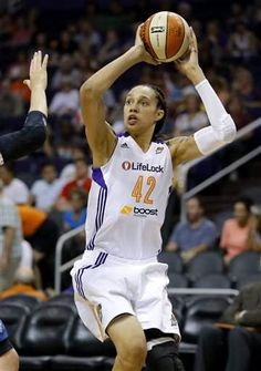 Phoenix Mercury center Brittney Griner shoots against the Minnesota Lynx during the second half of a WNBA basketball game in Phoenix in Basketball Quotes, Basketball Drills, Basketball Leagues, Basketball Players, Brittney Griner, Cycling Tips, Road Cycling, Harlem Globetrotters, Team Events