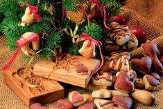 cukroví - tři neděle pilné práce 100 °C (sušení),laskonky) 130—150 °Csněhové ořechové 160—170 °C (pečení při nižší střední teplotě),šlehaná (třená) tuková těsta a dorty  vyšší  170—190 °C ,pečivo kypřené,s medem, perníky 190—210 °C )drobné vánoční  kynuté pečivo, koláče, vánočky 210—225 °Cpiškotové rolády, pečivo z listového těsta, drobné pečivo s vyšším obsahem tuku 225—250 °Clistové, odpalované 250—300 °C rychlé a prudké zapečení sněhových peřin Stuffed Mushrooms, Cookies, Vegetables, Christmas, Food, Dekoration, Stuff Mushrooms, Crack Crackers, Xmas