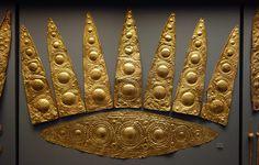 Diadema de oro y collar de círculo grave A en Micenas, Grecia. Estos artefactos datan de c. 1600-1100 aC  Cortesía y actualmente se encuentra en el Museo Arqueológico Nacional de Atenas . Fotos tomadas por Steven Zucker .