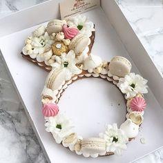 Bachelorette cake #gargeran #foodil #bachelorette #cake #biscuit #vanilla #flower #macarons #ferrerorocher #popcorn #meringue