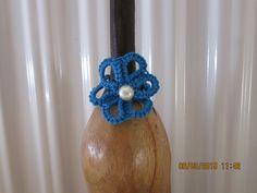 Anello blu a forma di fiore con perlina fatto all'uncinetto