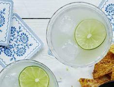 Margarita - klassisk drink-opskrift | SPIS BEDRE Tequila, Margarita, Fruit, Drinks, Food, Alcohol, Drinking, Beverages, Eten