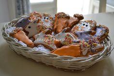 Biscotti decorati con glassa di zucchero a forma di uova, coniglietti e carotine