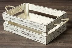 Lindo caixote em madeira MDF, com pintura em pátina, com puxadores em corda sisal. Produto muito bem acabado e seguro. Medidas: 45cm comprimento x 30 cm largura x 15cm altura. Cor: Creme ** Este produto é confeccionado manualmente, por isso pode sofrer pequenas alterações de tamanho. Também podem ocorrer pequenas variações de cores de acordo com a configuração de cada monitor. Scrap Wood Projects, Diy Pallet Projects, Woodworking Projects Diy, Wood Crates, Wood Boxes, Wood Pallets, Repurposed Wood, Diy Furniture, Garden