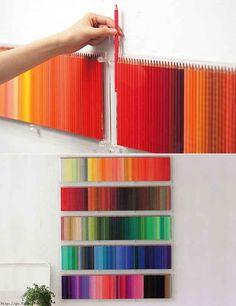 Wir beginnen mit diesem Wirklichkeit gewordenen Traum … eine Wand aus Stiften, die nach Farbe sortiert wurden.