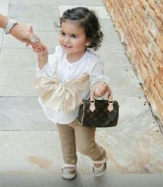 Omg, this lil girl is super adorable, with her Louis Vuitton handbag <3...
