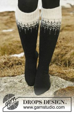 DROPS Jacke mit Muster und Rundpasse in Alpaca und Glitter. Grösse S bis XXXL. … DROPS jacket with pattern and round yoke in alpaca and glitter. Size S to XXXL. Long stockings with pattern in fable. Free instructions from DROPS Design. Crochet Socks, Knitting Socks, Knit Crochet, Knitted Socks Free Pattern, Knitting Patterns Free, Free Knitting, Baby Knitting, Drops Design, Magazine Drops